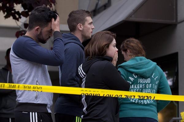 <em>Jóvenes observan el área donde ocurrió la tragedia tras derrumbarse el balcón de un edificio habitado por estudiantes. (Foto Prensa Libre: EFE).</em>