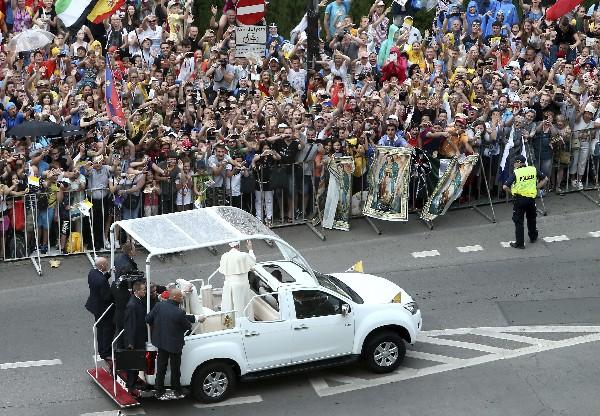 El papa Francisco saluda a los fieles congregados ante el castillo de Wawel. (EFE).
