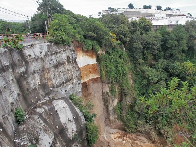 El paso cerrado por San Marino, Mixco, ha provocado el aumento de atascos en la únca salida de ese sector. (Foto Prensa Libre: Hemeroteca PL)