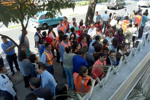 El simulacro de terremoto fue coordinado por la Conred en la capital. (Foto Prensa Libre: E. Bercian)