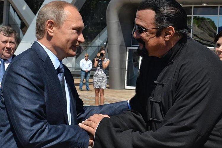 El presidente ruso Vladimir Putin y Steven Seagan mantienen amistad desde hace algunos años. (Foto Prensa Libre: AP)