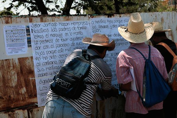 Padres de los desaparecidos dejaron un mensaje a presunto narco. (Foto Prensa Libre: EFE).