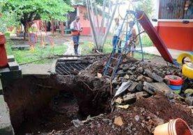 Personal de la Conred y docentes de la escuela verifican el hundimiento. (Foto Prensa Libre: Rolando Miranda)