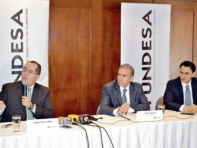 Integrantes de Fundesa Jorge Benavides, investigador; Felipe Bosch, presidente y Juan Carlos Zapata, director ejecutivo, presentan resultados del índice de Desarrollo.