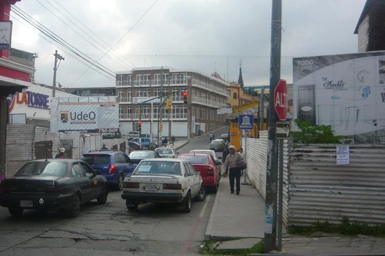 Automovilistas transitan por la cabecera de San Marcos, donde pobladores se alarmaron por un sismo. (Foto Prensa Libre: Genner Guzmán)