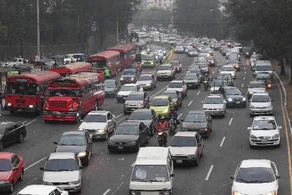Cada año se suman hasta 100 mil nuevos vehículos al tránsito metropolitano. (Foto Prensa Libre: Hemeroteca PL)