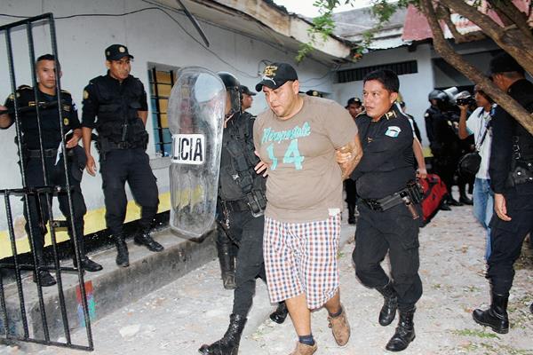 Daniel Alberto Monteros es llevado a la comisaría para ser trasladado a la Granja Penal Pavón. (Foto Prensa Libre: Óscar González)