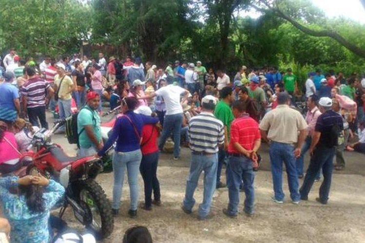 Un grupo de maestro bloquea el paso en el km 133 de la ruta Interamericana, en Asunción Mita, Jutiapa. (Foto Prensa Libre: Óscar González)