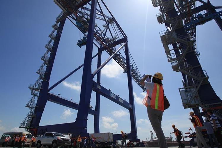 Operarios hacen funcionar grúas para mover contenedores en instalaciones de TCQ, en Puerto Quetzal, Escuintla (Foto Prensa Libre: Esbin García)