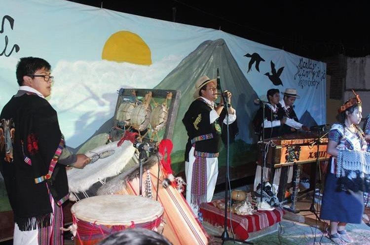 El grupo Xajil integrada por hijos, hermanos y sobrinos de Chalí, cuenta con un repertorio de más de 150 melodías y danzas. (Foto Prensa Libre: Víctor Chamalé)