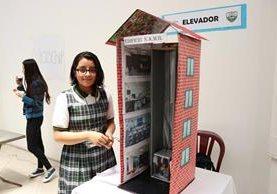 María Dávila, de 12 años, elaboro un pequeño elevador que es parte de la exposición. (Foto Prensa Libre: María José Longo)