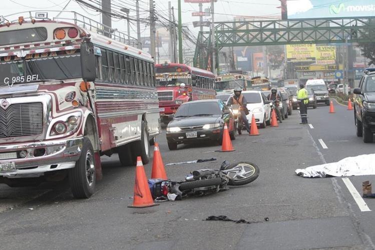 Un motorista murió atropellado en el kilómetro 14.5 de la carretera a El Salvador (Foto Prensa Libre: Erick Avila).