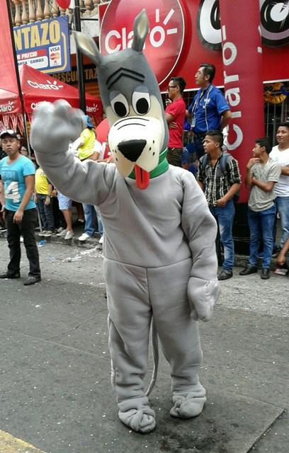 Las personificación de Astro e perro de los Supersónicos deleito a los niños que observaron el desfile. (Foto Prensa Libre: Melvin Popá)
