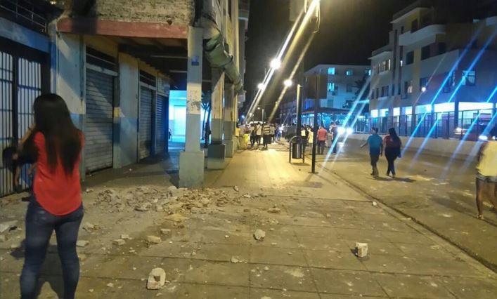 Usuarios de las redes sociales comparte las primeras imágenes del fuerte sismo. (Foto Twitter).