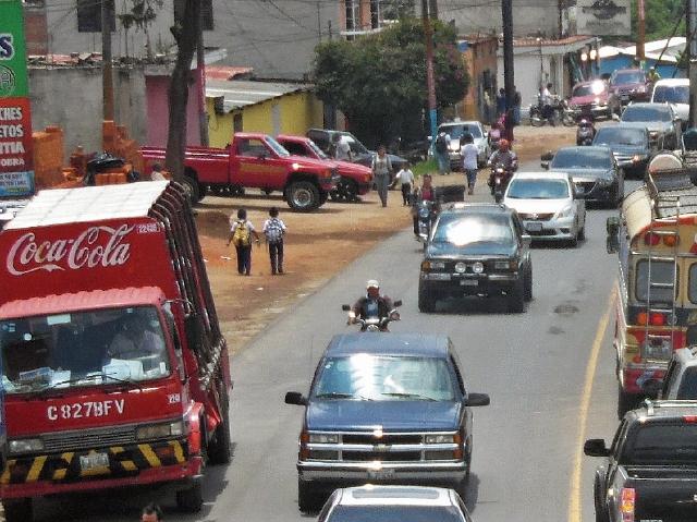 Llevados por el estrés, varios pilotos utilizan la vía contraria, sin importar el riesgo para peatones. (Foto Prensa Libre: José Rosales)