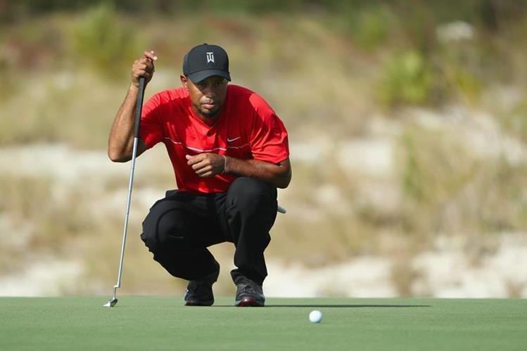 Después de quince meses de ausencia, Tiger Woods fue visto en los greens desde el jueves hasta el domingo en las Bahamas, en un torneo del PGA Tour, pero el ex número uno del mundo todavía tiene madera para recuperar su lugar en la élite mundial. (Foto Prensa Libre: AFP)