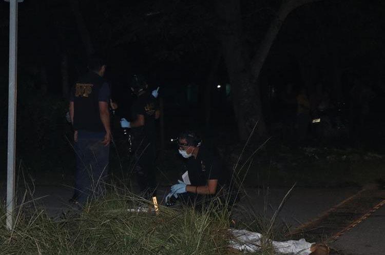 Técnicos de la sección de evidencias del Ministerio Público localizaron varios indicios calibre 9mm. (Foto Prensa Libre: Rigoberto Escobar)
