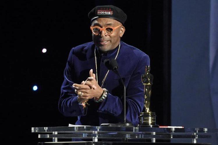 Spike Lee acepta el óscar honorario en el Dolby Ballroom, en Los Ángeles (Foto Prensa Libre: AP).