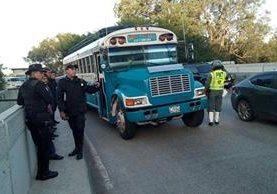 La policía identifica evidencia alrededor del bus atacado en la ruta a El Salvador. (Foto Prensa Libre: Erick Ávila)