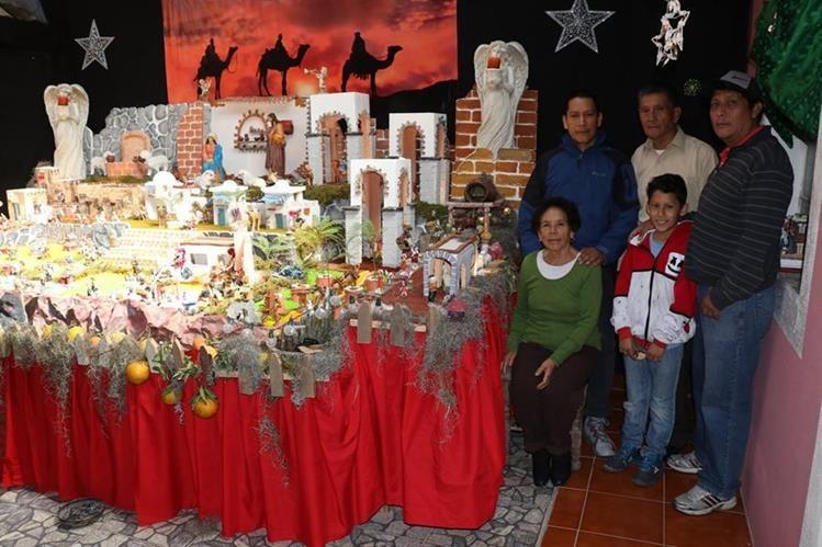 La familia Castillo Rodríguez elabora cada año un Nacimiento gigante en Huehuetenango. (Foto Prensa Libre: Mike Castillo)