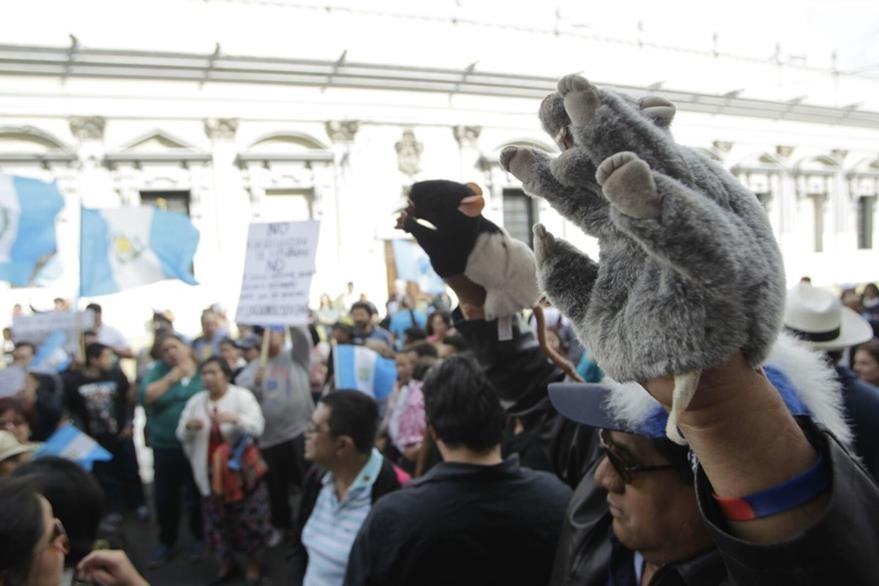 Los ciudadanos exigían que continúe la lucha contra la corrupción. (Foto Prensa Libre: Edwin Bercián)