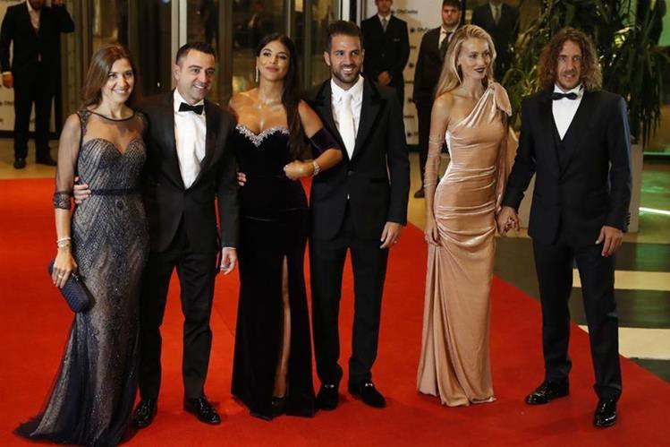 Núria Cunillera y su esposo Xavi Hernández, Daniella Semaan y su esposo Francesc Fabregas y Vanesa Lorenzo y su esposo Carles Puyol, asisten a la boda de Lionel Messi y Antonella Rocuzzo. (Foto Prensa Libre: EFE)
