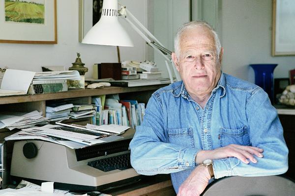 El escritor James Salter en una fotografía captada el pasado marzo, en su casa en Bridgehampton, Nueva York. Foto Prensa Libre: AP.