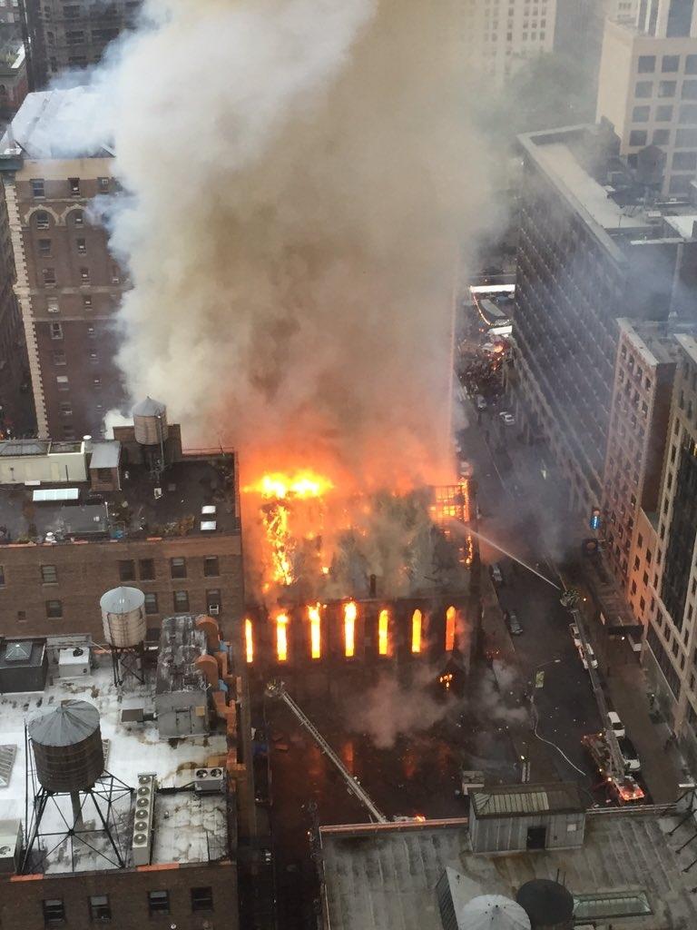 Vista aérea del incendio en la iglesia histórica ortodoxa de Sava en Manhattan. (Foto Prensa Libre: AP).