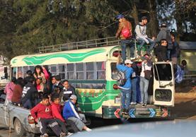 Por cuarto día consecutivo, vecinos de Mixco se arriesgan al transportarse en vehículos no aptos para pasajeros. (Foto Prensa Libre: Érick Ávila)
