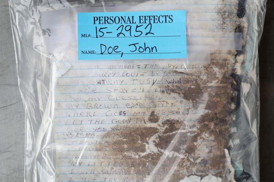 Una lista con canciones escritas a mano fue encontrada en junto al cuerpo de una inmigrante fallecida. (Foto Prensa Libre: AFP).