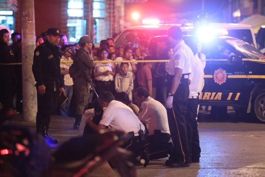 Los Bomberos Voluntarios prestan atención por crisis nerviosa a familiares de las víctimas. (Foto Prensa Libre: Álvaro Interiano)