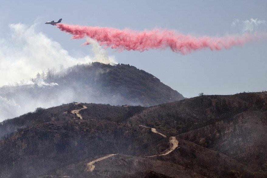 El voraz incendio no les da tregua a los socorristas en California. (Foto Prensa Libre: AP)