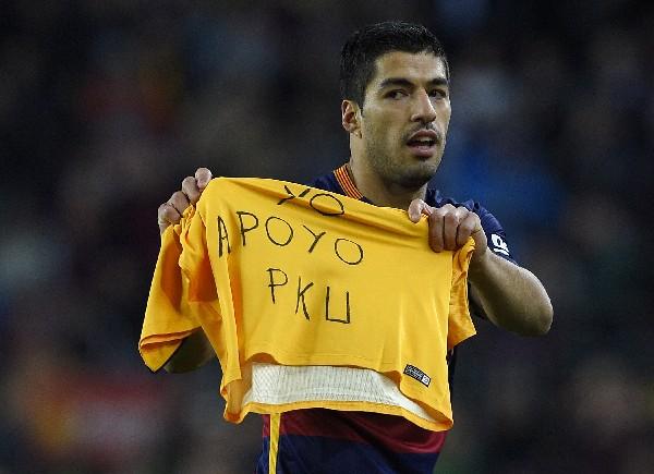 """Luis Suárez apoya a los pacientes con PKU con la venta de su libro """"Relatos solidarios del deporte"""". (Foto Prensa Libre: AFP)"""
