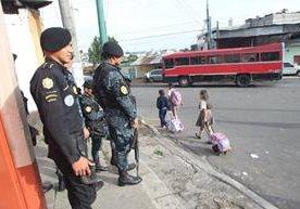 Elementos de la PNC patrullan calles y autobuses del Milagro