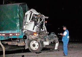 Camión en el que viajaban Juan Lucas y los dos heridos quedó destruido, en Morazán, El Progreso. (Foto Prensa Libre: Héctor Contreras)