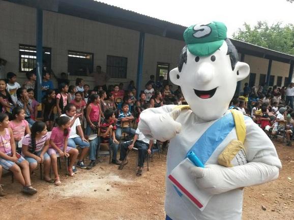 Simon Tax, le personaje para impulsar la cultura tributaria tiene varios años de existir, y en este año se ha presentado en varias establecimientos educativos. (Foto, Prensa Libre: twitter @CTSATGuatemala