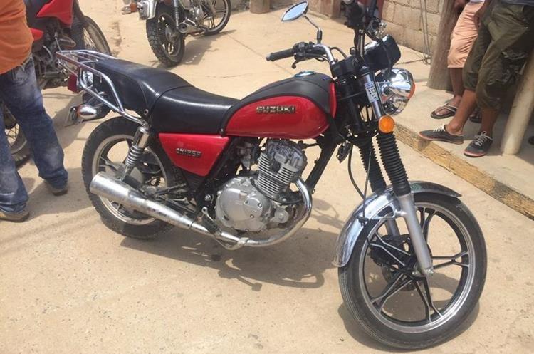 La motocicleta que los sicarios dejaron abandonada.(Prensa Libre: Mario Morales.)