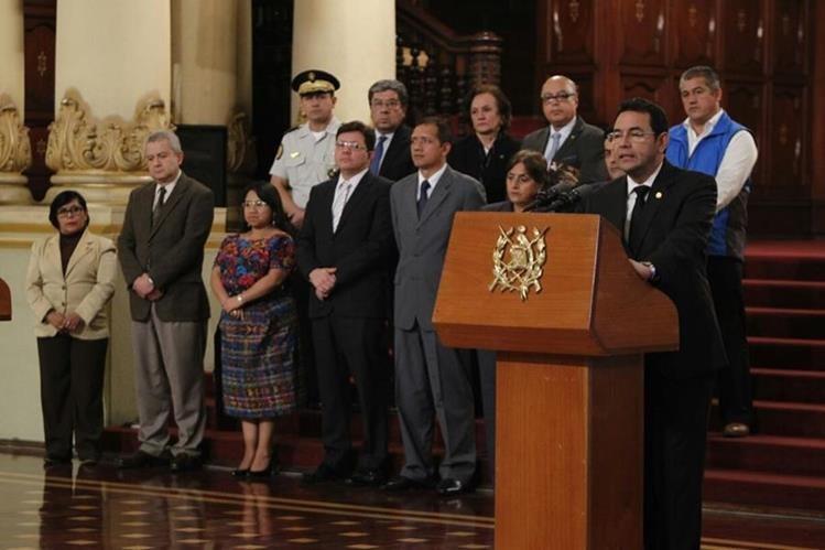 Presidente Jimmy Morales y representantes de instituciones, en conferencia de prensa. (Foto: Paulo Raquec)