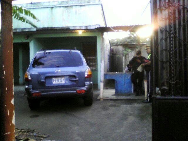 Agentes de la PNC allanan una vivienda en la cabecera de Retalhuleu, y localizan vehículo con reporte de robo. (Foto Prensa Libre: Jorge Tizol)