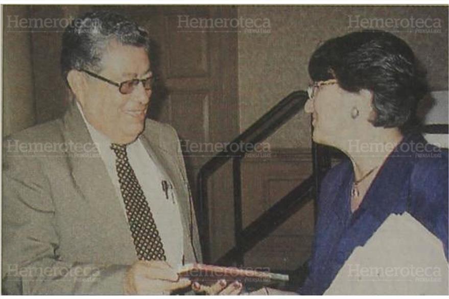 """26/7/2002 Óscar Bolaños entrega  el libro """"La mujer en la polítíca"""" a Guisela Mayén. (Foto: Hemeroteca PL)"""