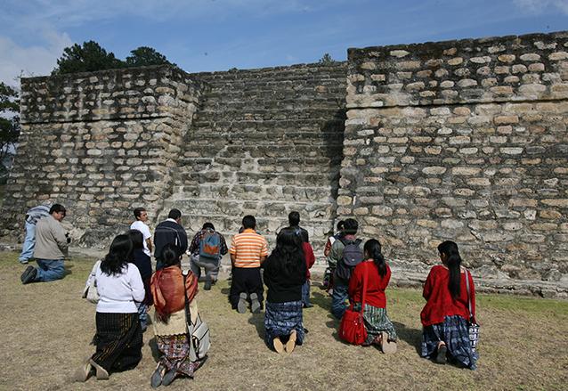 Antes de subir a la pirámide uno, pidieron permiso a sus antepasados en Iximché, Chimaltenango. (Foto: Hemeroteca PL)
