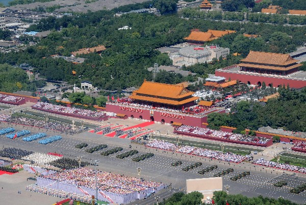 <em>Vista aérea del desfile militar celebrado en la plaza Tiananmen. (FOto Prensa Libre:EFE)</em>