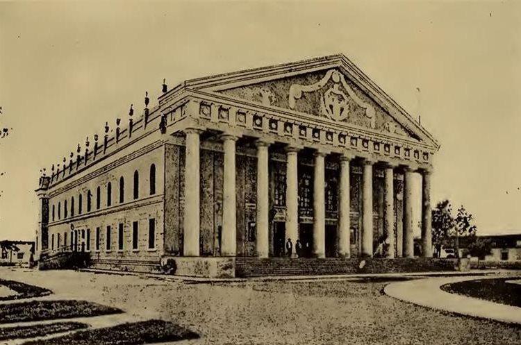 """Fachada del teatro, durante la época de su esplendor. (Foto tomada del libro """"Guatemala y su gente de hoy"""")."""