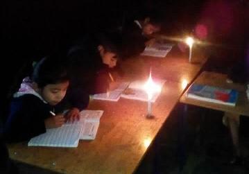 Estudiantes de la Escuela René Alberto Robles de León de San Pedro Carchá se alumbran con candelas para recibir clases. (Foto Prensa Libre: Eduardo Sam).