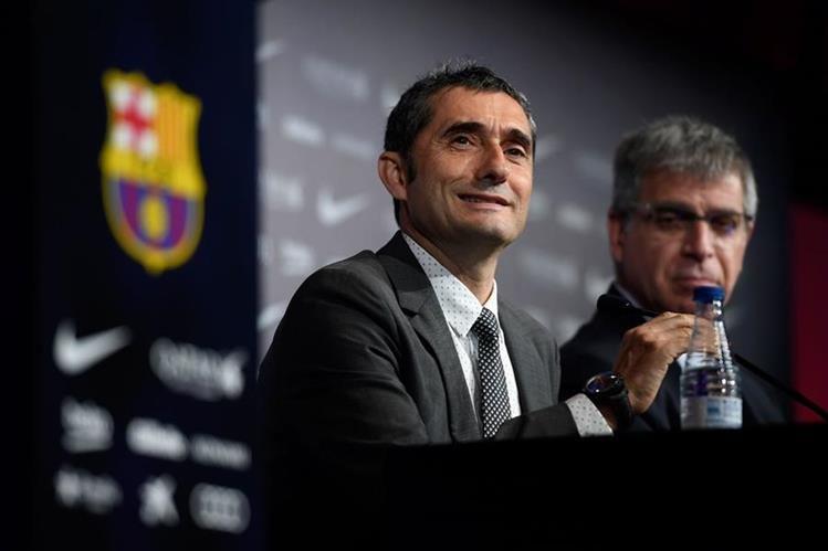 El técnico español Ernesto Valverde habla durante su presentación oficial como técnico del FC Barcelona. (Foto Prensa Libre: AFP)