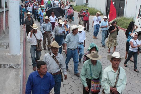 <p>En la marcha participaron salubristas, maestros y líderes comunitarios rurales. (Foto Prensa Libre: Carlos Grave)<br></p>