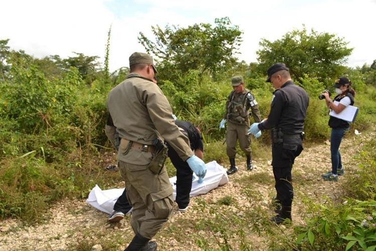 Autoridades cubren el cadáver Yoni Milián Santiago. (Foto Prensa Libre: Rigoberto Escobar).
