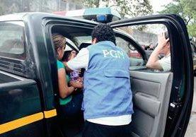 Personal de la PGN traslada a menores que eran explotadas sexualmente en la cabecera de Retalhuleu. (Foto Prensa Libre: Rolando Miranda)