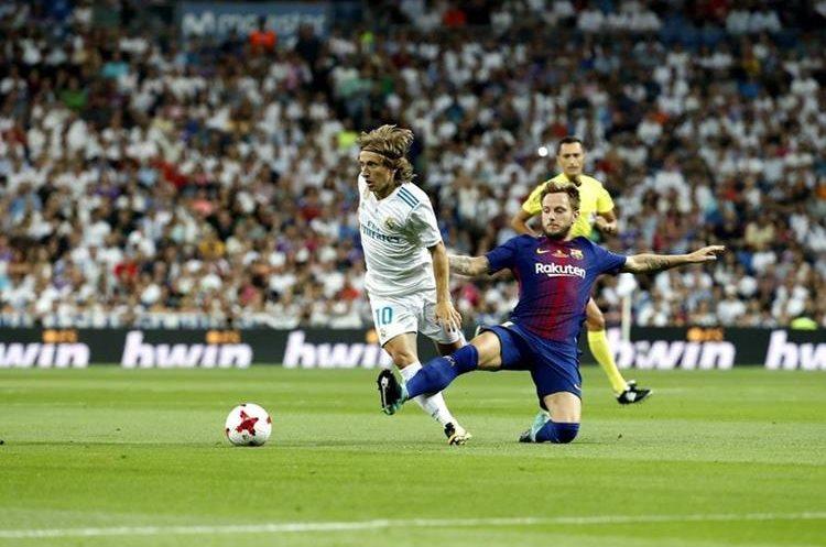 LuKa Modric lucha el balón con su compatriota Ivan Rakitic