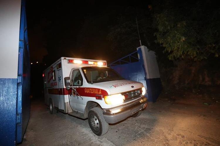 Una ambulancia de los Bomberos Voluntarios sale de El Preventivo de la zona 18. (Foto Prensa Libre: Antonio Jiménez)